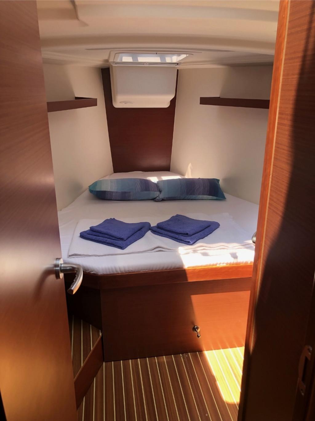 Hanse 418-fwd cabin.jpg