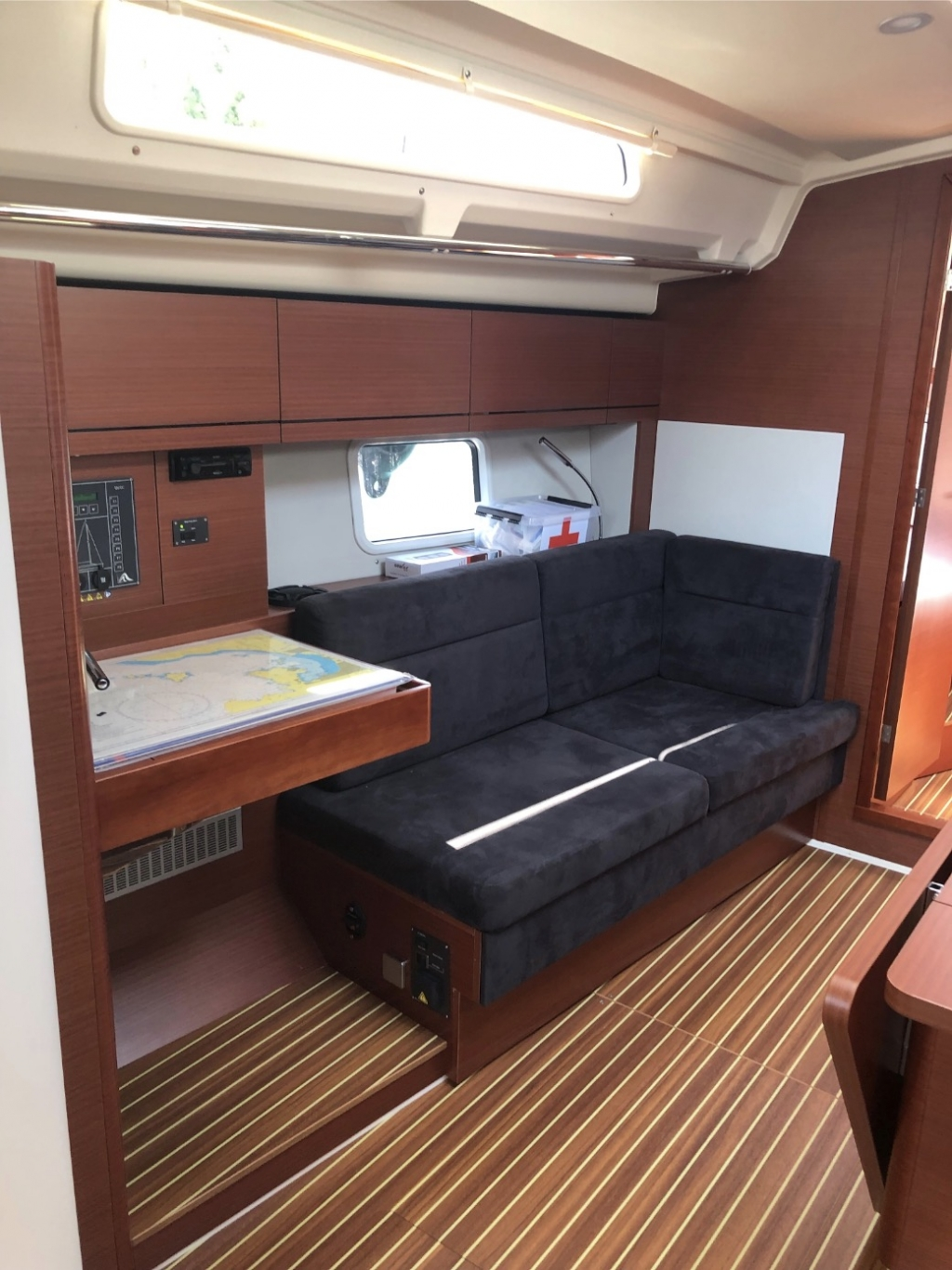 Hanse 418-port saloon.jpg