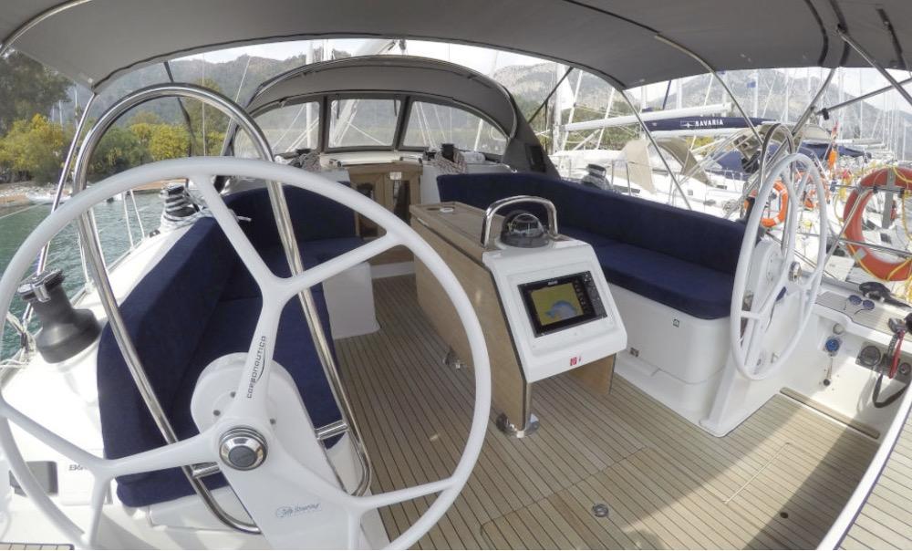 Bavaria 46-Cockpit.jpg