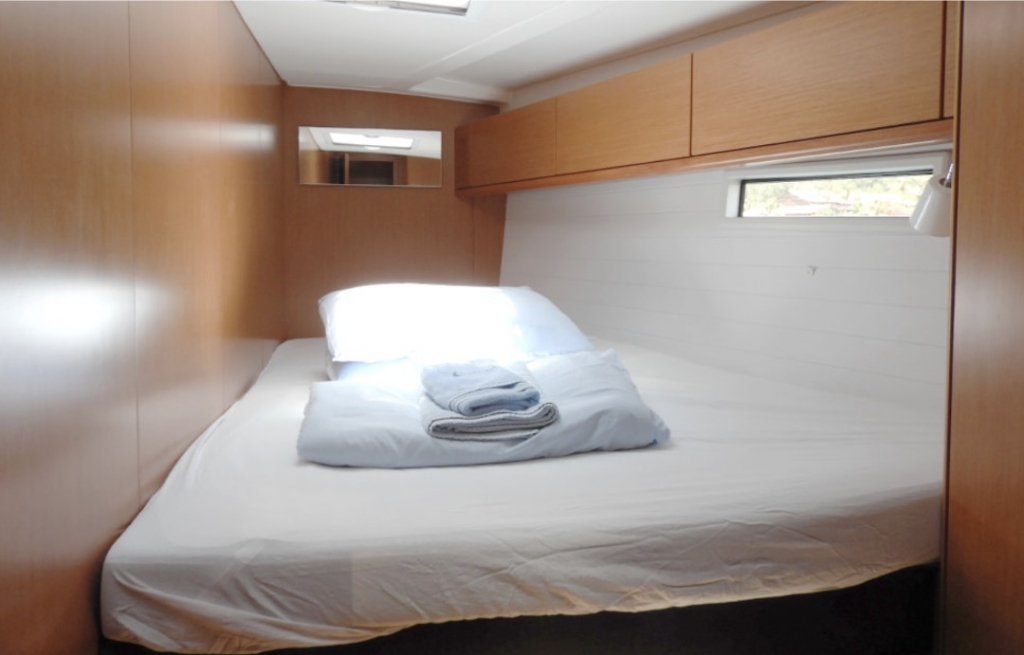 Bavaria Cruiser 51-Fwd cabin.jpg