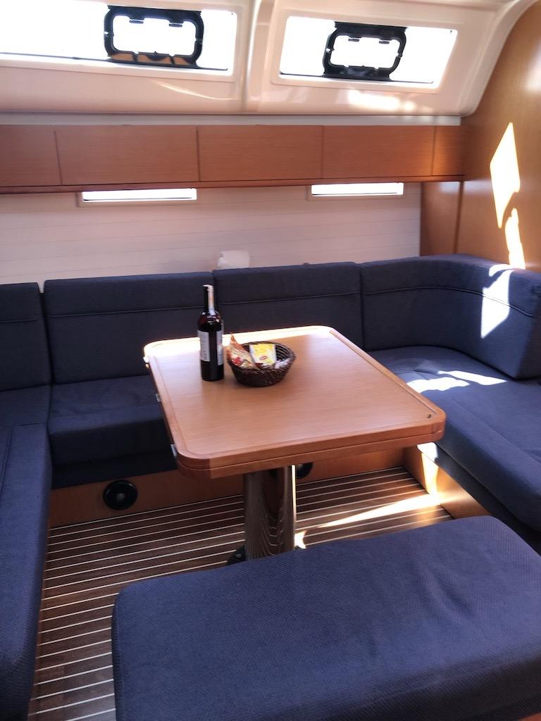 Bavaria Cruiser 51-Nanna dining table.jpg