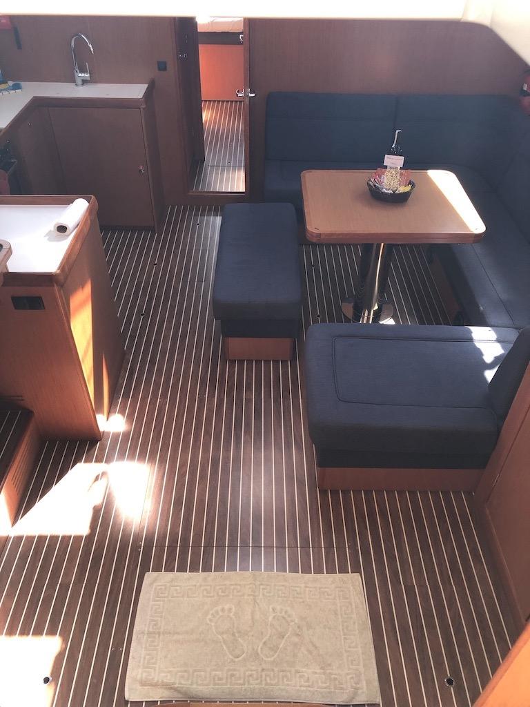 Bavaria Cruiser 51-nanna below decks.jpg