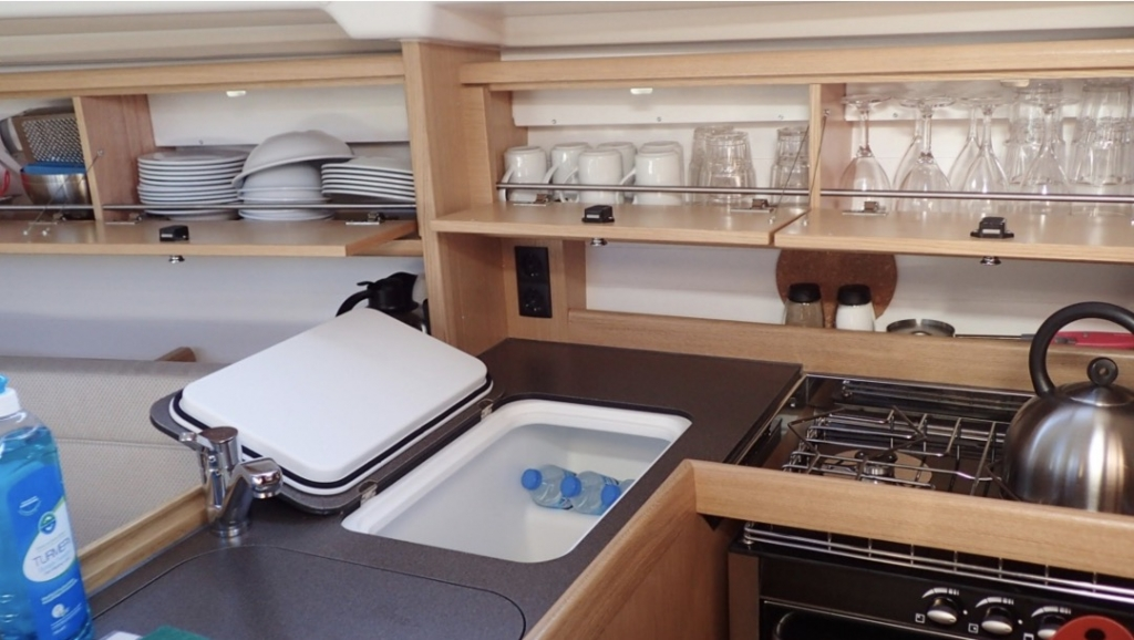 Bavaria 34-Galley.jpg